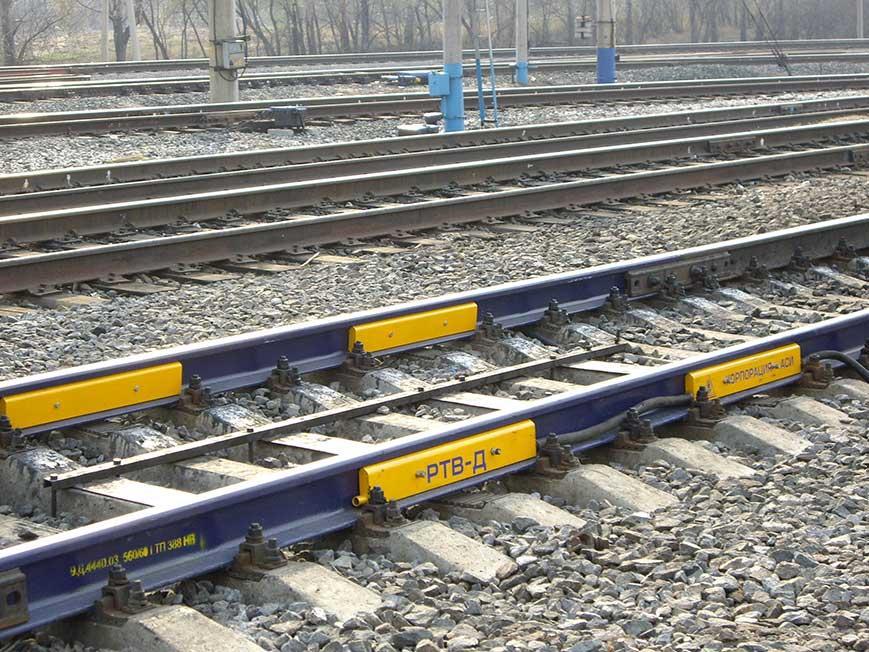 С помощью железнодорожных весов взвешиваются порожние и груженые вагоны, а следовательно, как разность этих величин определяется и масса перевозимого груза.
